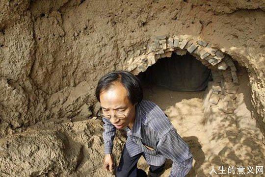 """男子隐居洞穴8年捡柴做饭 被称""""城外人"""""""