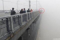 乘客跟出租车司机说再见,纵身跳进长江