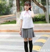 冰雪中穿短裙的日本女孩