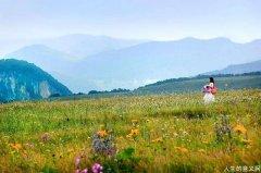 七月,辽阔的山谷开满野花
