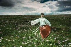 草原上,我们牵手看云